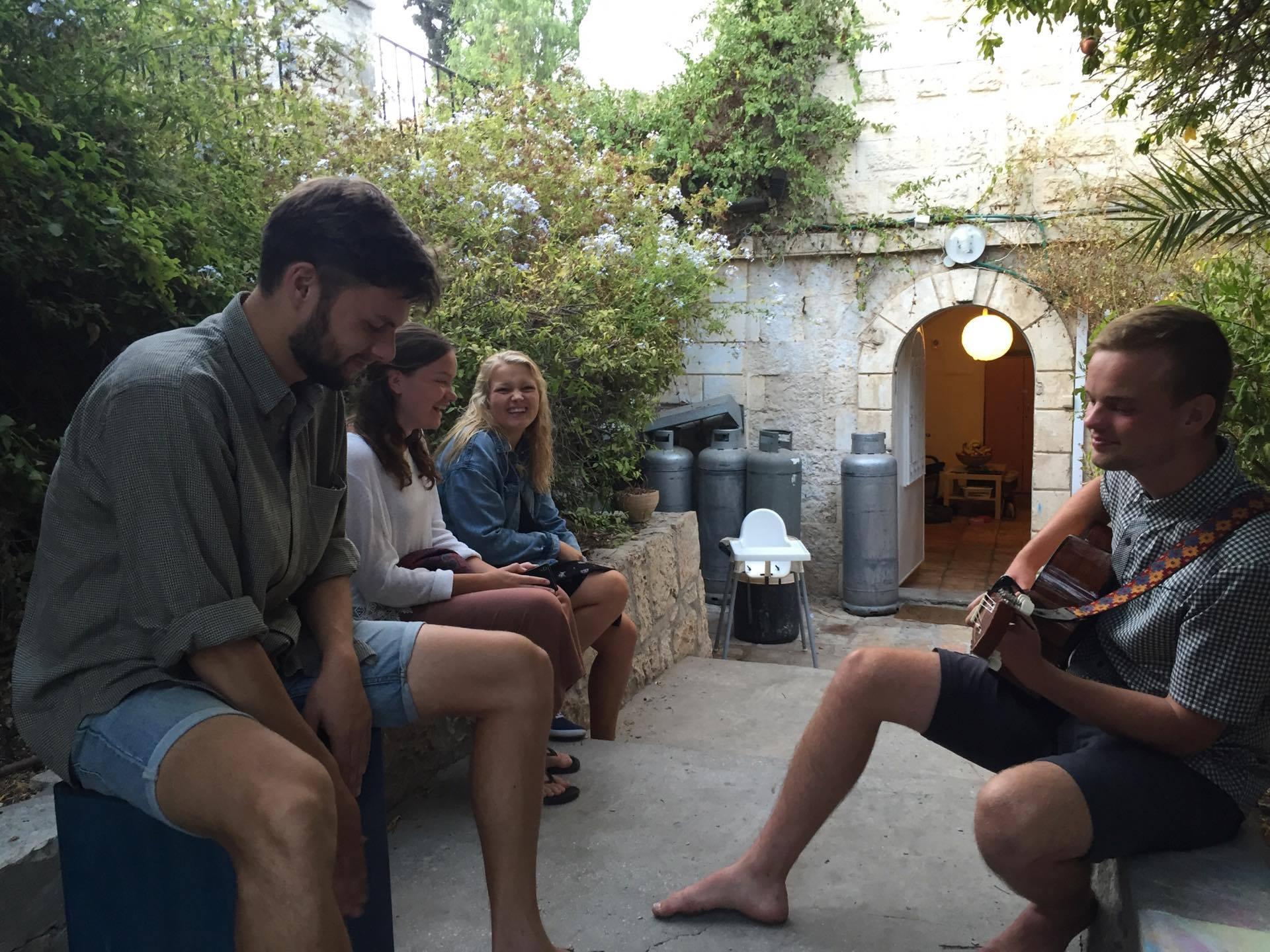 Missionspiloterne spiller og synger hos Shevet Achim