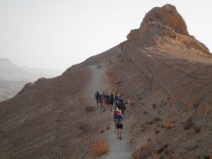 Morgenvandring på en af Maktes Ramons bjergrygge.