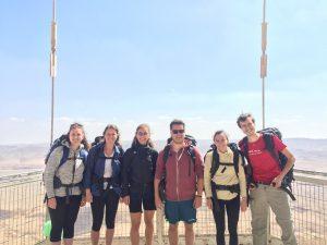 Her ser I vores ørkenvandringsteam bestående af missionspiloterne, kirkevolontørerne og søde Zoe, som studerer i Israel